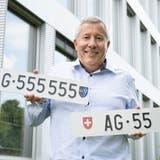 Richard Spathelf mit den beiden begehrten Autonummern. (Alex Spichale)
