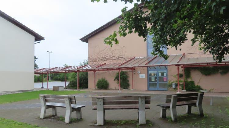 Zwischen dem Schulhaus und dem Werkhofgebäude soll ein Erweiterungsbau gebaut werden. (Rahel Meier)