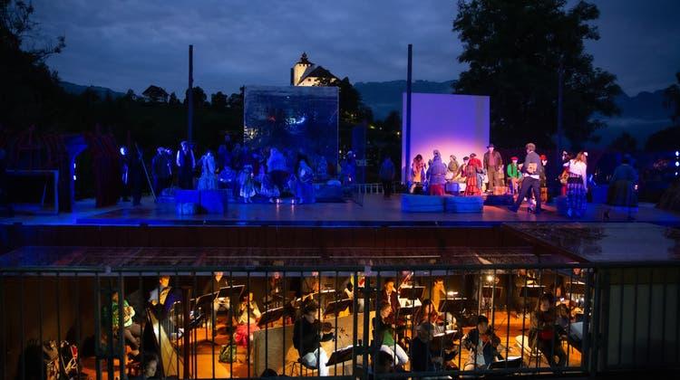 Wie hier im Jahr 2020 bei der Oper Carmen werden die Werdenberger Schloss-Festspiele auch im Jahr 2022 wieder vor dem Werdenbergersee spielen. (Bildarchiv: Robin Egloff)