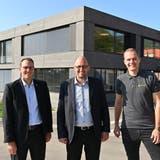 Sie stehen hinter dem Projekt Solarpanels: Gemeindepräsident Fabian Gloor, Christoph Schaer (Präsident Arbeitsgruppe Energiestadt) und Silvan Andraschko (Solarify). (Bild: Bruno Kissling)