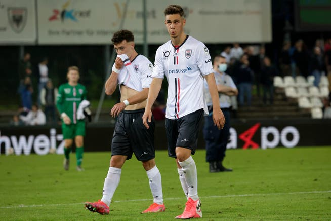 Il difensore di Aarau Jan Kronig (anteriore) dà a Vaduzzern 1:3 con una drammatica perdita di palla.
