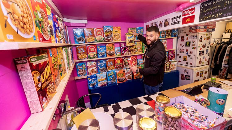 Cornflakes to go in Basel:Djaber Mesbahi in seinem Laden. (Kenneth Nars)