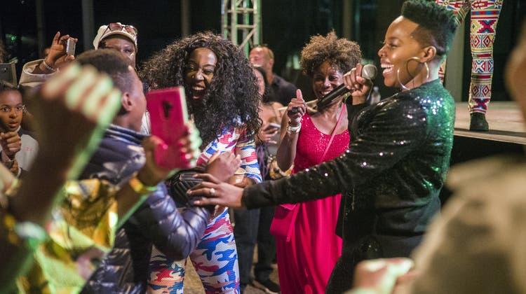 Nomcebo Zikode singt ihren Welthit «Jerusalema» live in Basel geht dabei auf Tuchfühlung mit den Fans. (Roland Schmid)
