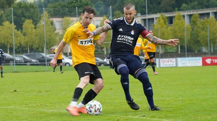 Bronschhofen-Stürmer JonasWiesli (in Gelb) kämpft mit Uzwil-Captain Velin Petrov um den Ball. (Bild: Tim Frei)