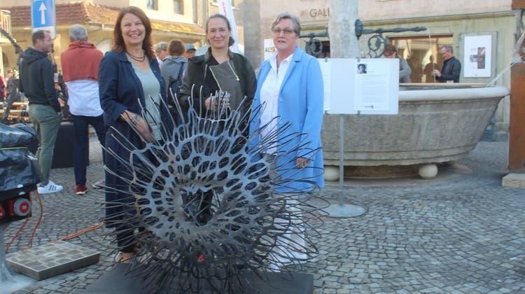 Das Werk der in Wien lebenden Deutschen Katharina Mörth (Mitte) wurde vom Frauenverein Büren für den Skulpturenweg gesponsert. (André Weyermann)