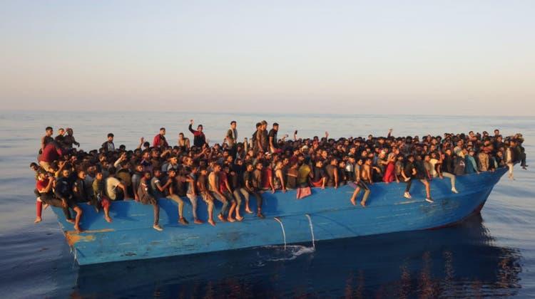 Die Flüchtlinge drängen sich auf dem Boot. (Keystone)
