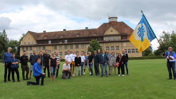 Gruppenbild im Rahmen des 100-Jahr-Jubiläums: die offizielle Festgesellschaft auf dem Kantisportplatz. (Bild: Manuela Olgiati)