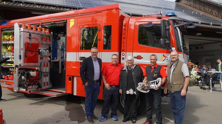 In grosser Festlaune: Gemeinderat Alexander Kredt, Feuerwehrkommandant Daniel Schmid, Claudia Brändle und Andreas Hörnlimann (Tony Brändle AG) sowie Gemeindepräsident Bernhard Braun. (Bild: Maya Heizmann)