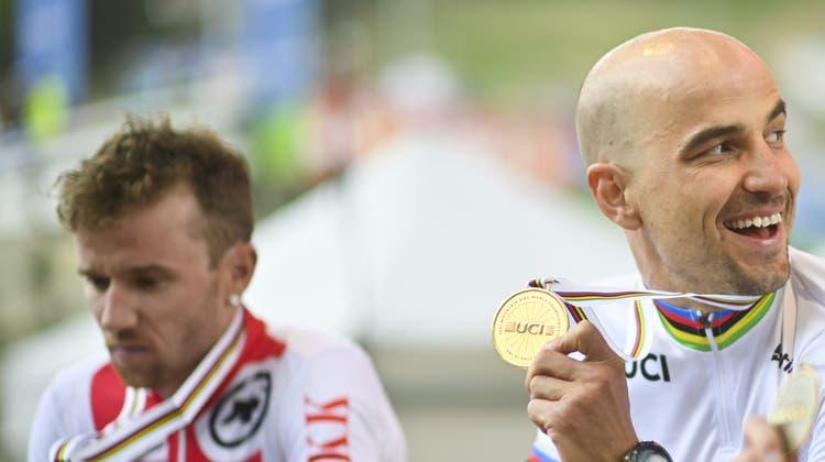 Nino Schurter (rechts) strahlt über Gold, Mathias Flückiger ist mit Silber enttäuscht. (Gian Ehrenzeller / Keystone)