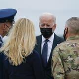 Präsident Joe Biden und seine Gattin Jill Biden (ganz rechts) sprachen am Sonntag auf einem Luftwaffenstützpunkt in Delaware mit Angehörigen der 13 am vorigen Donnerstag getöteten US-Soldaten. (Manuel Balce Ceneta / AP)