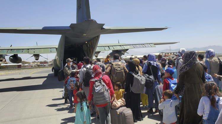 Nach der Machtübernahme der Talibanversuchten Tausende Afghanen das Land zu verlassen. (EPA)