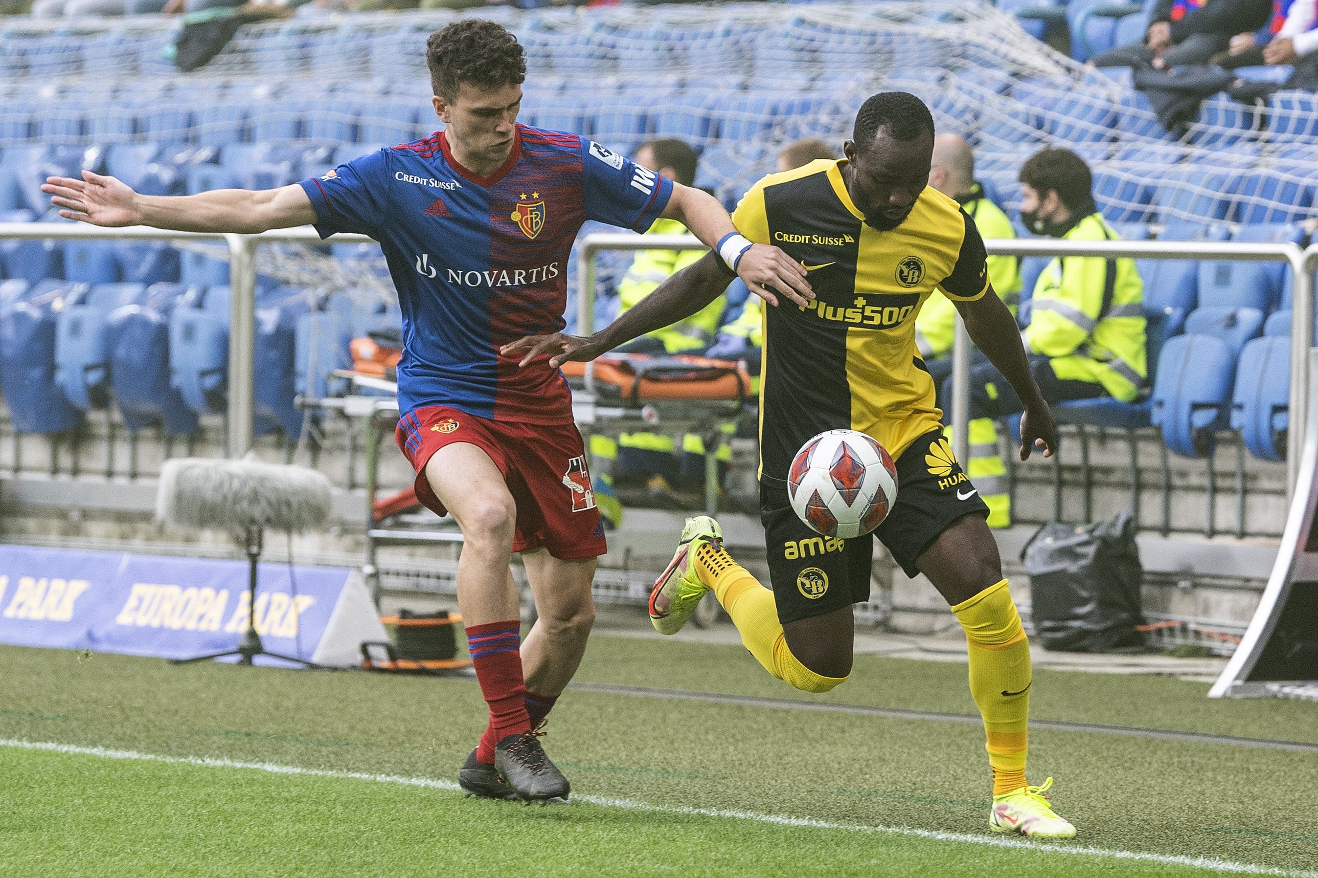 Sergio Lopez darf heute von Anfang an ran und bekommt es mit Nicolas Noumi Ngamaleu zu tun.