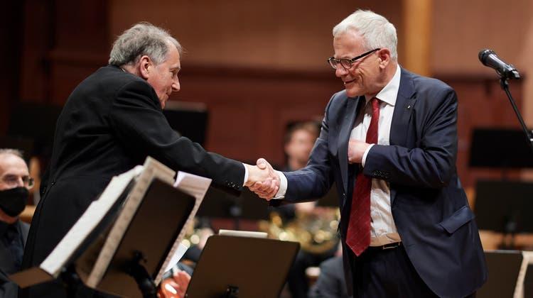 Jubiläumskonzert 50 Jahre Urs Joseph Flury als Dirigent des SKO: Verabschiedung durch Stadtpräsident Kurt Fluri. (Jose R. Martinez)
