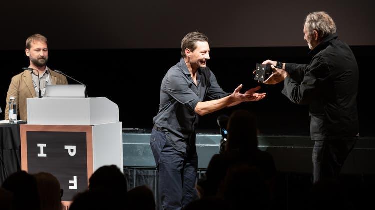 Preisverleihung des  IPFO Swiss Award durch Anton Corbijn an den Zürcher Preistrager Maurice Haas (Mitte). (Patrick Lüthy)