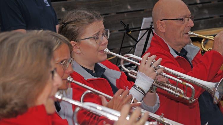 Zahlreiche Musikfreunde erfreuten sich an der «Jazzy Summer Night» der Harmonie Urdorf im Freibad Weihermatt. (Christian Murer)