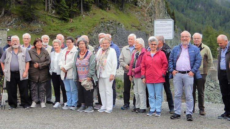 Die Mitglieder der Seniorenbühne am Marmorera-Stausee. (Bild: PD)