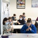 Massentests an Schulen können im Aargau frühestens ab Mitte August wieder durchgeführt werden, weil die Testkits derzeit nicht geliefert werden können. (Gaetan Bally / Keystone)