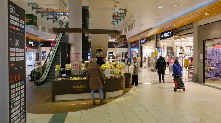 Manor ist seit der Eröffnung des Shopping Centers St.Jakob vor 20 Jahren die Ankermieterin. Nun verkleinert die Firma ihre Präsenz markant. (Kenneth Nars)