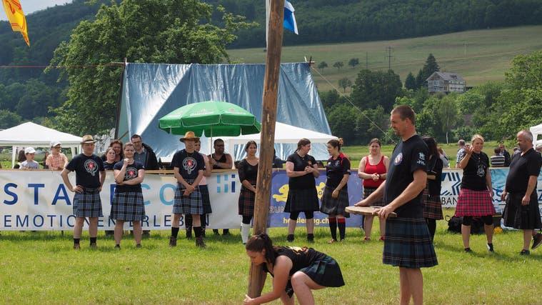 Die Fricktaler Highland Games– zu denen auch das Baumstammwerfen gehört – finden dieses Jahr nicht statt. (hcw (Wallbach: 5. Juni 2016))