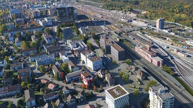 Für einen neuen Muttenzer Bahnhof hat es im 300-Millionen-Projekt nicht gereicht. Über die Neugestaltung des Vorplatzes wird gestritten. Selbst die offizielle SBB-Visualisierung entlarvt die Provinzialität dieser Situation. (Visualisierung ZVG/SBB)