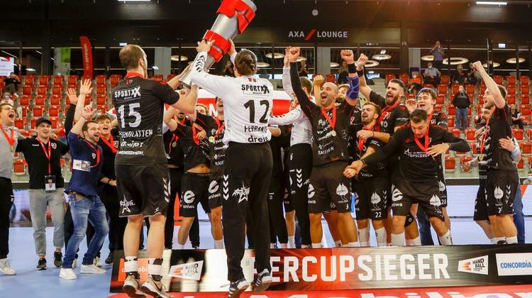 Den Supercup-Titel feierte der HSC Suhr Aarau im vergangenen Jahr ausgelassen. (Marc Schumacher / freshfocus)