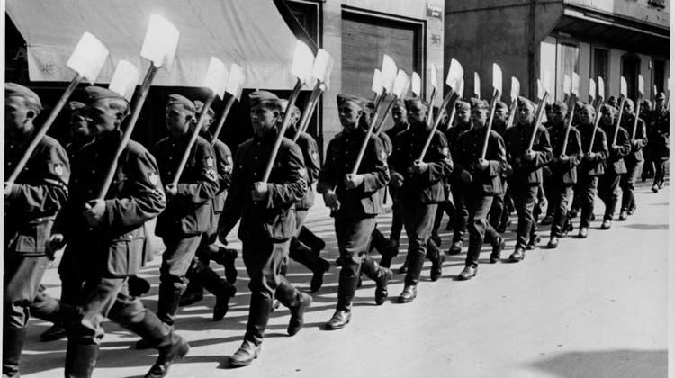 Der erste Umzug vom 21. Juni 1941 von jungen Männern in Strassburg, die zum Reichsarbeitsdienst eingezogen wurden. (zvg)
