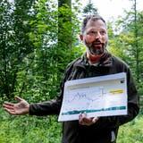 Simon Czendlik, Leiter Forstrevier Frenkentäler, erklärt oberhalb von Waldenburg, wie die CO2-Zertifikate funktionieren. (Kenneth Nars)