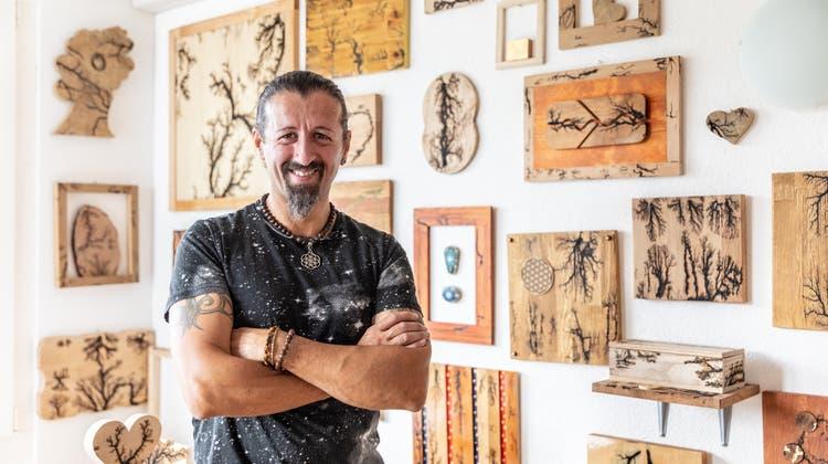 Der Hausabwart der Herzen macht auch Kunst aus Holz: Bald stellt er in seinem Schulhaus erstmals aus