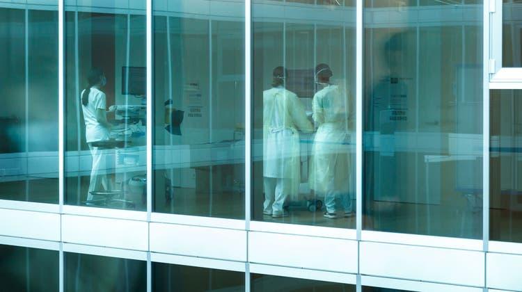 Auch für einen kurzen Einsatz im Spital braucht es hochqualifizierte Fachkräfte. (Hanspeter Bärtschi)