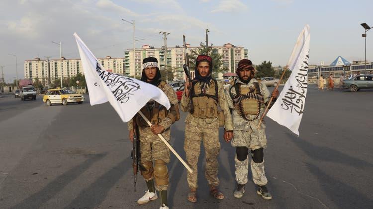 Drei Talibankämpfer in der afghanischen Hauptstadt Kabul. (Khwaja Tawfiq Sediqi / AP)
