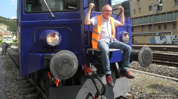 Der stolze Vereinspräsident Charly Zimmermann auf dem neu lackierten Triebwagen. (Anja Neuenschwander)