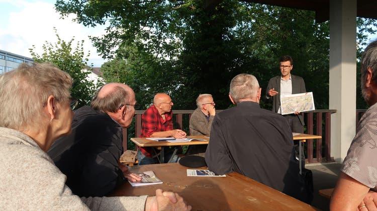 Der Frauenfelder Stadtbaumeister Christof Helbling erklärt den Mitgliedern des Heimatschutzes die bauliche Vision für das Areal Murgbogen. (Bild: Emil Keller)