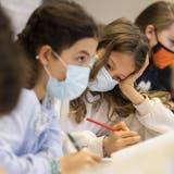 Seit dem 1. September gilt an Aargauer Schulen für 5. und 6. Klässler wieder Maskenpflicht. (Ennio Leanza / KEYSTONE)