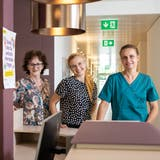 Ein Teil des Ärzteteams der Praxis Silbergarten: Regula Meier Rüfenacht (links stehend), Lynn Azadian (Assistenzärztin) und Sandra Meier-Irmer (Hausärztin). (Hanspeter Bärtschi)