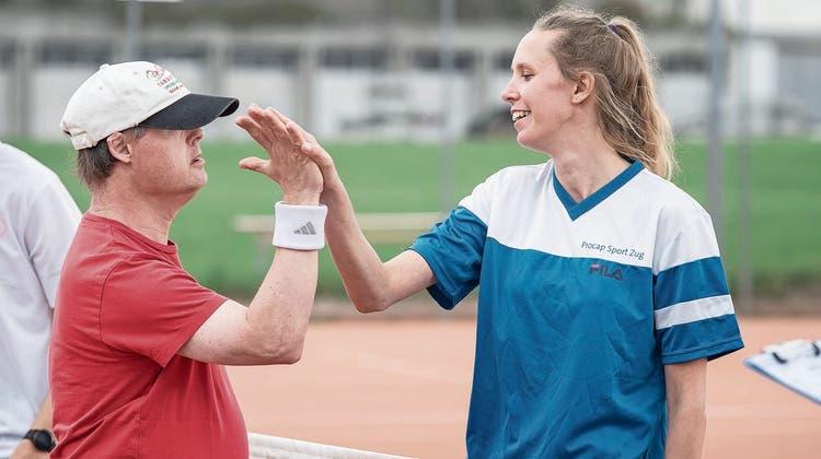 Anja van Helden von der Tennisgruppe procap Behindertensport Zug (oben) gewinnt Gold in ihrer Leistungsgruppe. (Pius Amrein (Hochdorf, 28. August 2021))