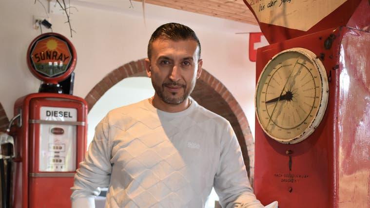 Cihan Temiz, 47, wirtet neu in der «Sonne». Einen Teil des bisherigen Interieurs – etwa diesen alten Spielautomaten – hat er übernommen. (Nadine Böni)