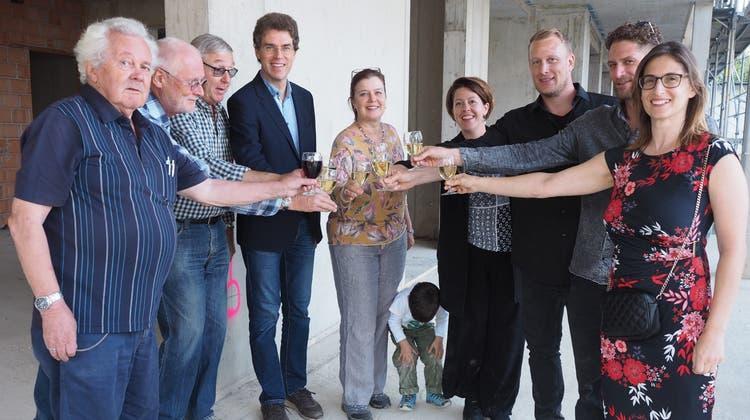 In Stein fand für das medizinische Kompetenzzentrum Casa Cura jetzt das Richtfest statt. Darauf stiessen die Beteiligten an. (Bild: Hans Christof Wagner)