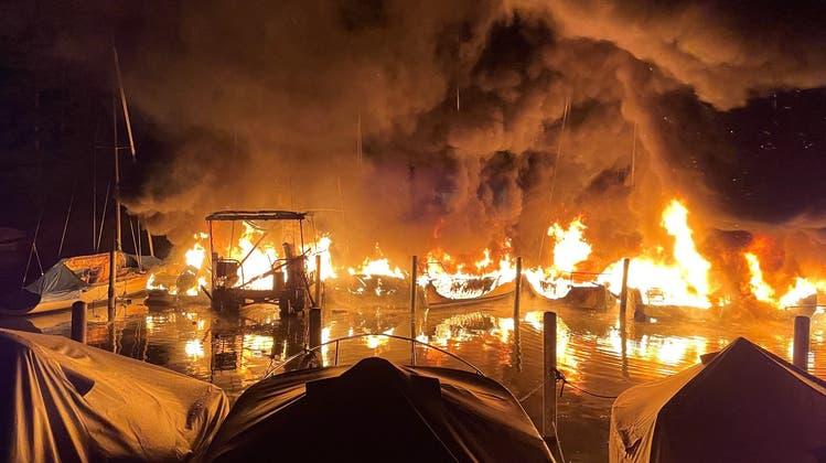 Zehn Boote wurden durch den Brand zerstört. (Bild: Kantonspolizei Schwyz)