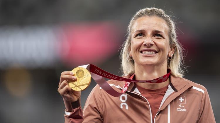 Manuela Schär freut sich über ihre erste Goldmedaille über die 800 Meter. (Bild: Ennio Leanza / KEYSTONE (Tokio,29. August 2021))