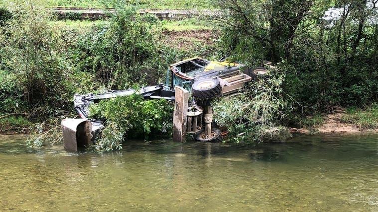 Der abgerutschte Bagger landete schlussendlich im Uferbett der Birs. (Kapo SO)
