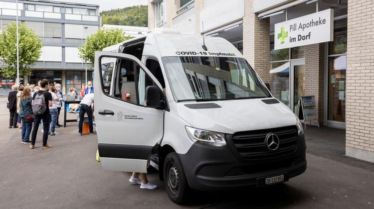 Ein Impfbus macht am 27. August 2021 Halt in Geroldswil (ZH). (Severin Bigler)
