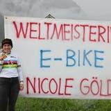 Ehre, wem Ehre gebührt: Im Regenbogentrikot und mit der Goldmedaille in der Hand steht Nicole Göldi stolz beim Plakat bei der Ortseinfahrt Sennwald. (Robert Kucera)
