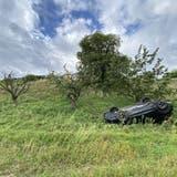 Brugg AG, 30. August: Eine 61-Jährige kam von der Strasse ab, weil sie am Steuer einnickte. Der Wagen überschlug sich und kam auf dem Dach liegend zum Stillstand. Es entstand Totalschaden. (Kapo Aargau)