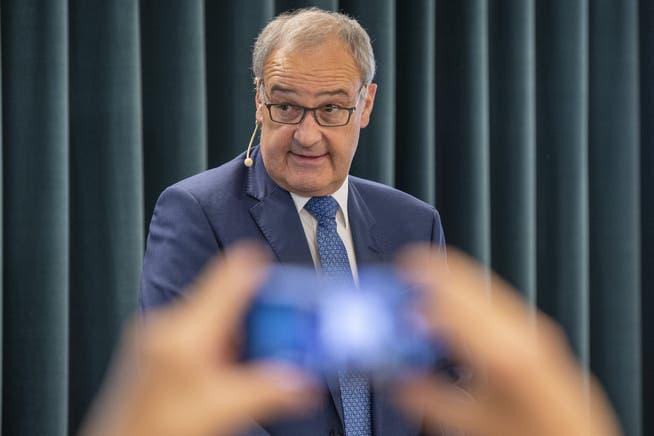 Wirtschaftsminister Guy Parmelin möchte Angestellte von Restaurants nicht zu «Hilfspolizisten» machen.