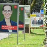 Wahlplakate vor dem Wohler Gemeindehaus kündigen den Kampf um den Einzug in den Gemeinderat an. (Nathalie Wolgensinger)