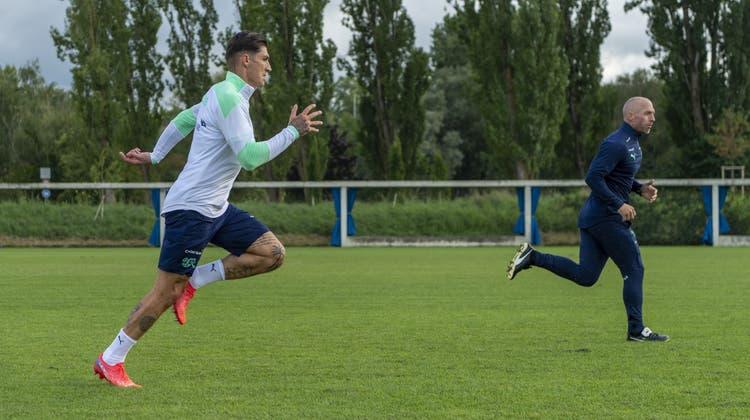 Steven Zuber(links) absolviert eine Sprinteinheit mit Fitnesstrainer Oliver Riedwyl. (Bild: Georgios Kefalas/ KEYSTONE)