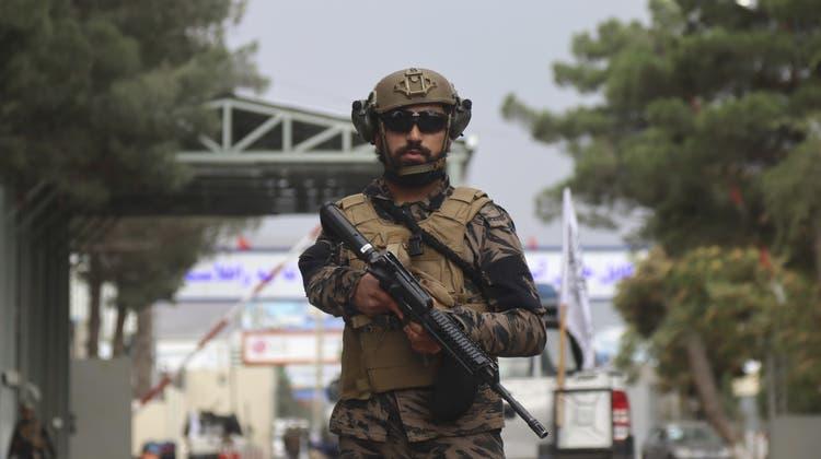 Der Flughafen von Kabul wird nun von Taliban-Kämpfern bewacht, die auf Kriegsgerät westlicher Provenienz zurückgreifen können. (Khwaja Tawfiq Sediqi / AP)
