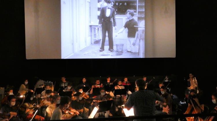 Die rund 50 Musikerinnen und Musiker bereiten sich unter der Leitung von Marc Urech auf die Aufführungen vor. (Ina Wiedenmann)