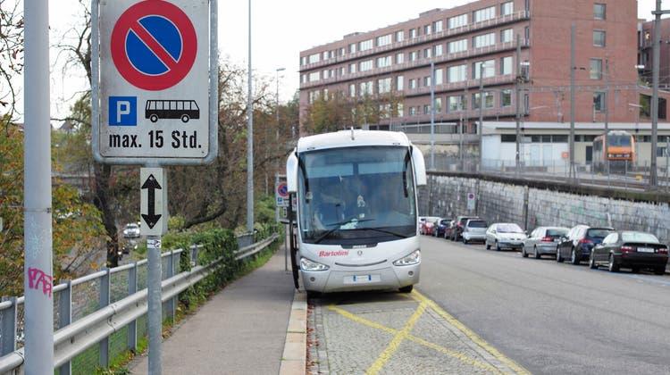 Ungefähr an dieser Stelle am Erdbeergraben soll die Ausfahrt des Parkings zu liegen kommen, die Einfahrt ist etwas weiter unten Richtung Binningerstrasse geplant. (Archivbild: Kenneth Nars)