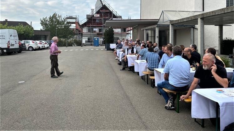 Baukommissionspräsident Peter Bühler bedankt sich bei den am Bau Beteiligten. (Bild: PD)